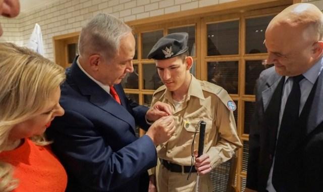 Binyamin-Netanyahu-places-pin-on-Daniel-Defurs-IDF-uniform-Special-in-Uniform-JNF